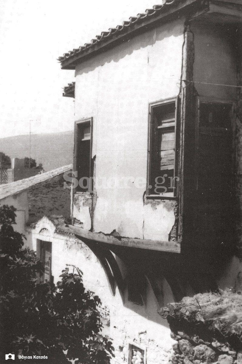 22-Σπίτια-Κοκκίνη-Εξώστης-Σαχνισί-του-δωματίου-καλού-οντά-της-μεσημβρινής-πλευράς-του-σπιτιού-Καράκωστα-Φωτ-Δ-Δεμερτζής-1967-final-square-logo