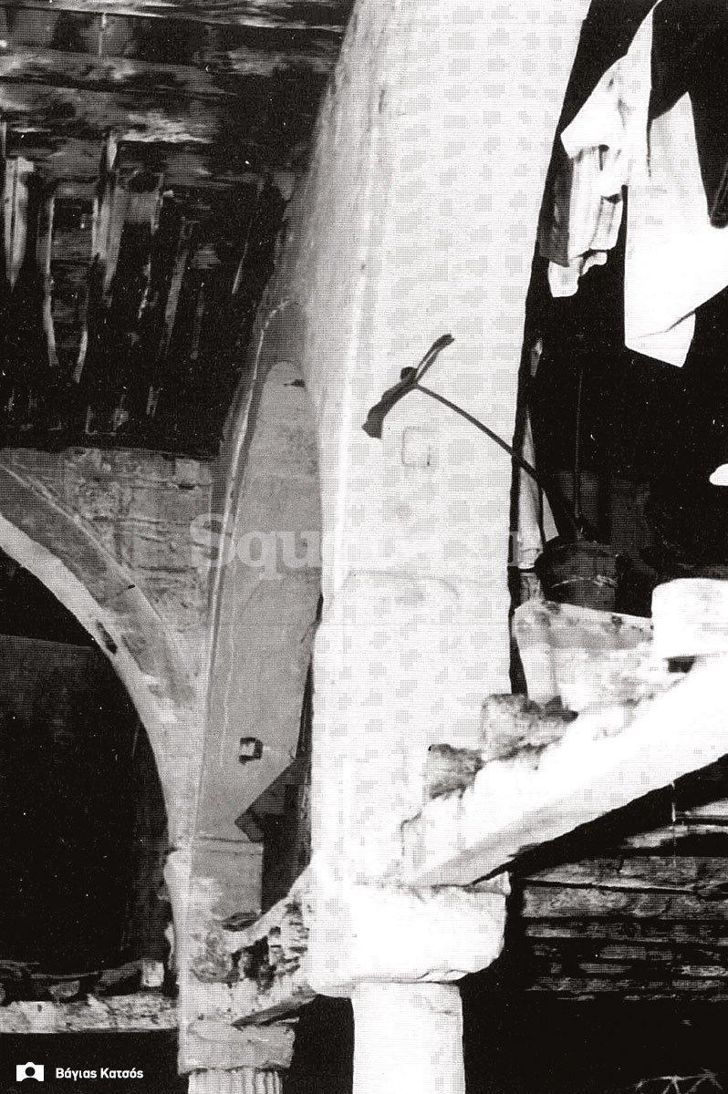 24-Σπίτια-Κοκκίνη-Οι-βάσεις-του-ισογείου-του-σπιτιού-Καράκωστα-Φωτ-Γ-Βραιμάκης-1968-final-square-logo