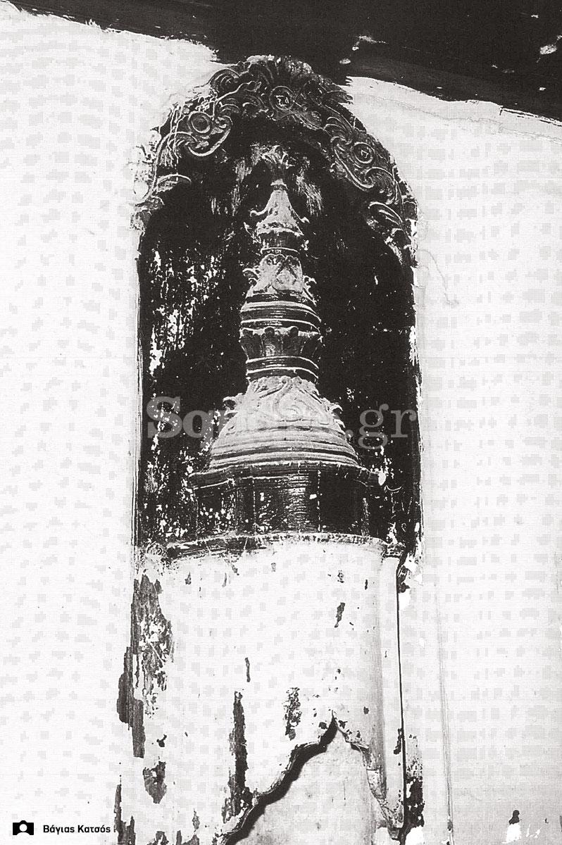 29-Σπίτια-Κοκκίνη-Η-φούσκα-του-τζακιού-του-σπιτιού-Καράκωστα-Φωτ-Γ-Βραιμάκης-1968-final-square-logo