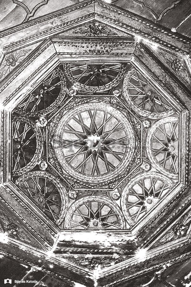 33-Σπίτια-Κοκκίνη-Ξυλόγλυπτο-διακοσμητικό-στο-κέντρο-της-οροφής-δωματίου-καλού-οντά-του-σπιτιού-Καράκωστα-Φωτ-Γ-Βραιμάκης-1968-final-square-logo