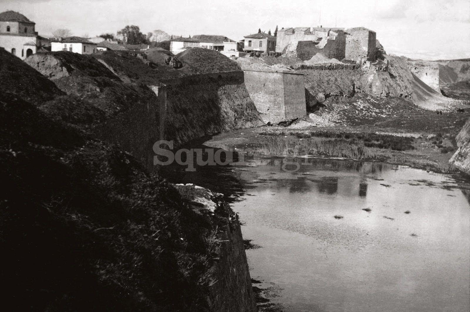 1-Τάφρος-και-μεσαιωνικό-τείχος-της-Χαλκίδας-μέσα-στο-χώρο-της-σχολής-πεζικού-παλιά-φωτο-τάφρου