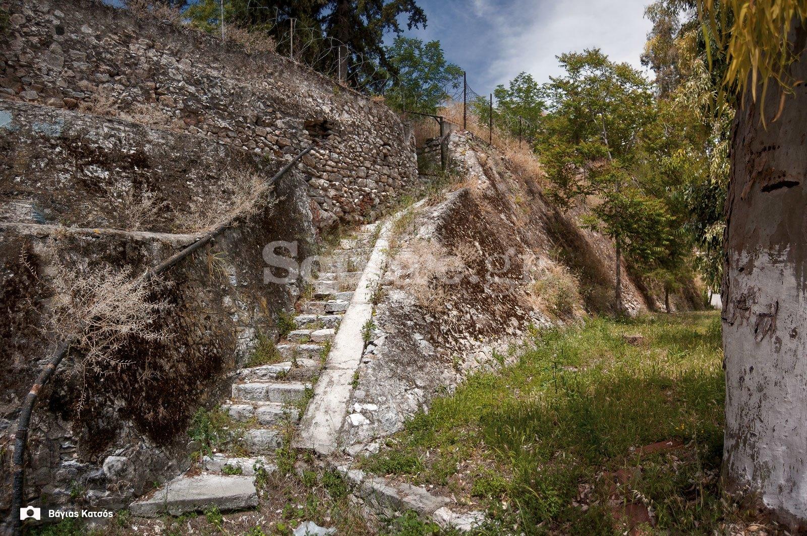 2-Τάφρος-και-μεσαιωνικό-τείχος-της-Χαλκίδας-μέσα-στο-χώρο-της-σχολής-πεζικού