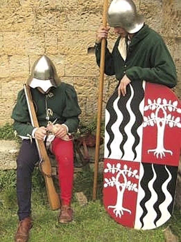 2-Σιοπετιέρος-του-15ου-αιώνα-ετοιμάζεται-να-γεμίσει-το-σιοπέτο-με-μπαρούτι-από-το-πουγκί-του