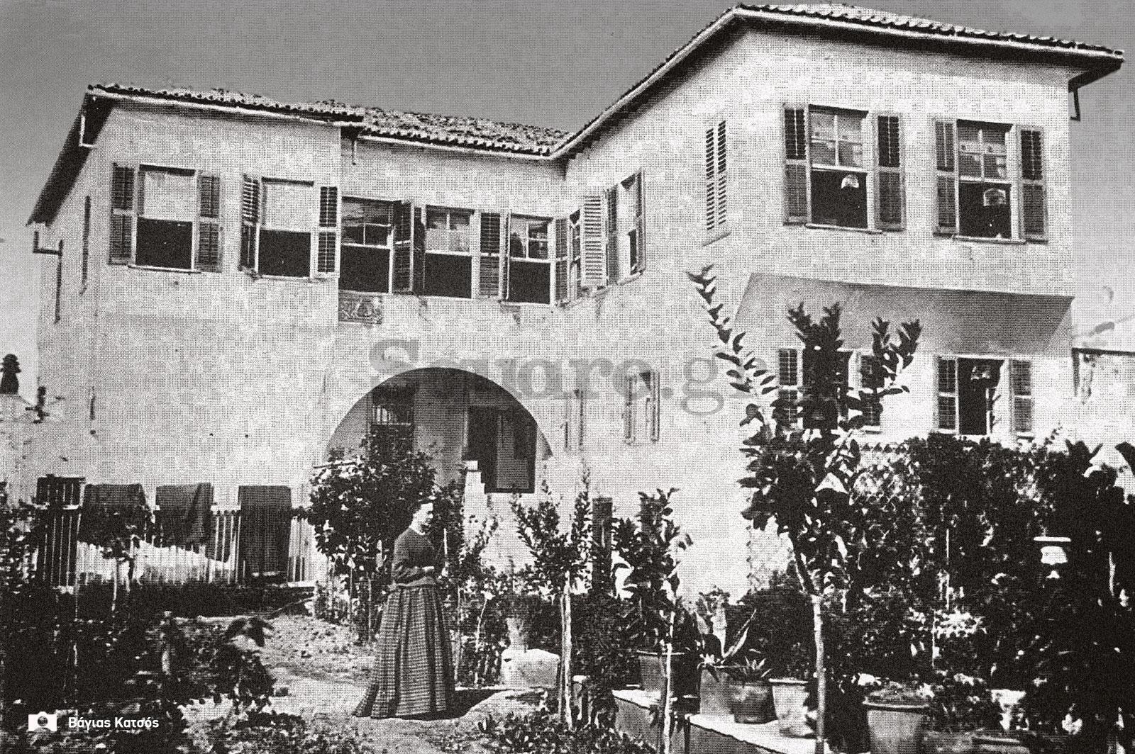 46-Σπίτια-Κοκκίνη-Σπίτι-Μένσελ-Βουδούρη-Κατεδαφίστηκε-πριν-το-1897-Φωτ-αγνώστου-Γενική-άποψη-final-square-logo