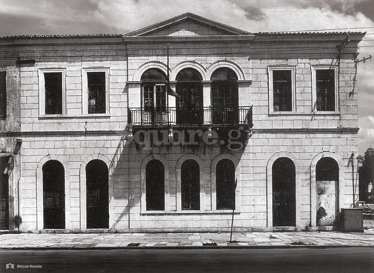 1-Σπίτια-Κοκκίνη-Κυλινδρόμυλος-Καράκωστα-Σκούρα-Κατεδαφίστηκε-το-1968-Φωτ-Μ-Βερνάρδος-1966-square-logo