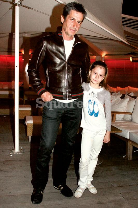 3-3Ο-leather-Γιάννης-Σπύρου-δείχνει-στην-κόρη-του-Θεοδώρα-Σπύρου