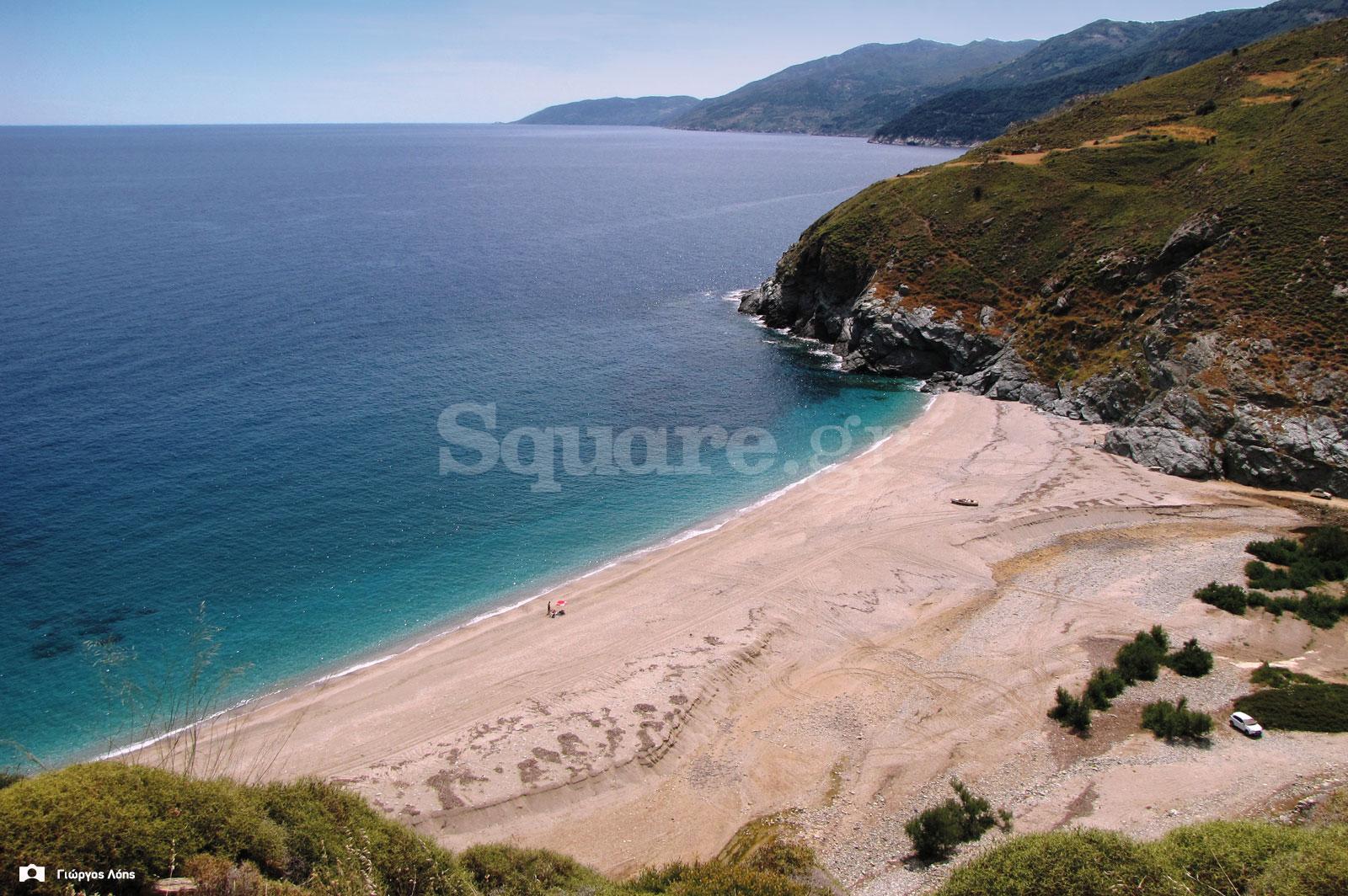5-Η-ειδυλλιακή-παραλία--του-Λιμνιώνα-Γιαννιτσίου,-όπως-φαίνεται-από-τις-παρυφές-του-ακρωτηρίου-της-Φυλάγρας