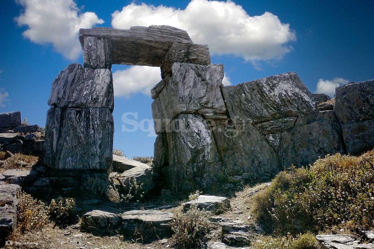 1-Η-εμβληματική-μεγαλιθική-πύλη-της-αρχαίας-ακρόπολης-των-Στυρών