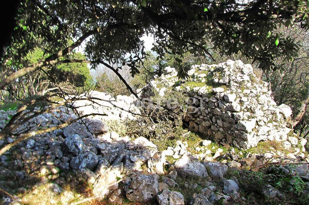 15-Διακεκομμένα-τμήματα-των-ανατολικών-τειχών-του-μεσαίου-περιβόλου
