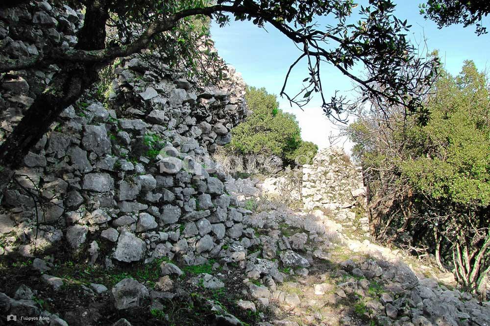 16Διακεκομμένα-τμήματα-των-ανατολικών-τειχών-του-μεσαίου-περιβόλου