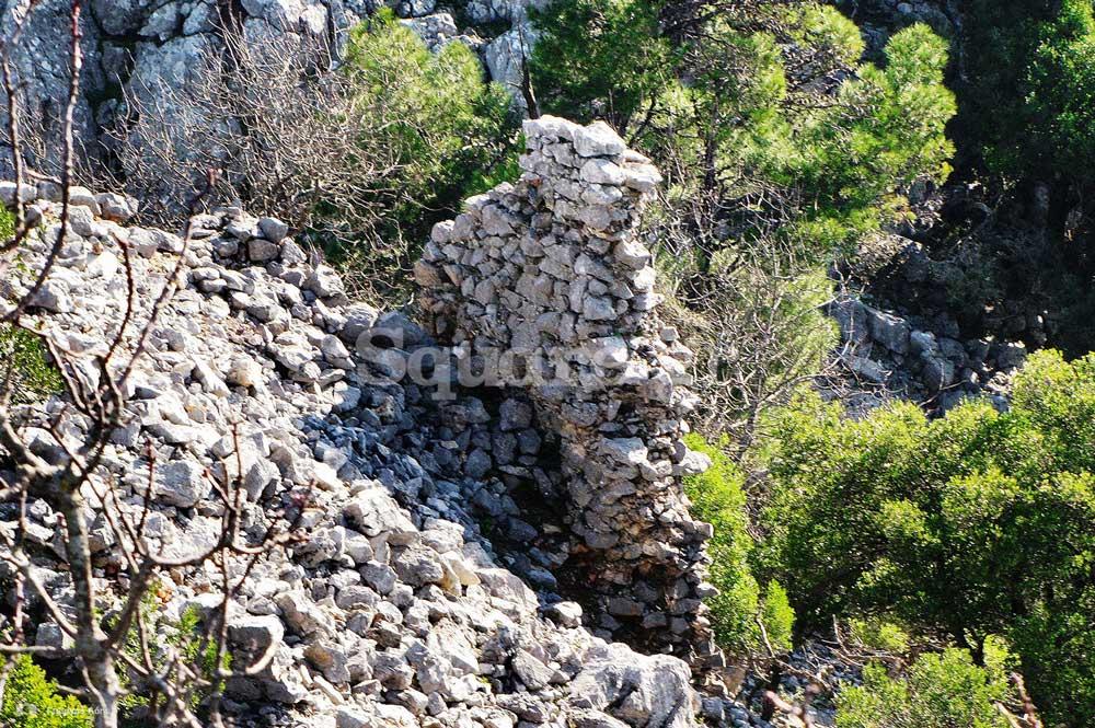 22-Άποψη-από-το-σωζόμενο-κατώφλι-της-κύριας-πύλης-του-κάστρου-(σιδερόπορτα)