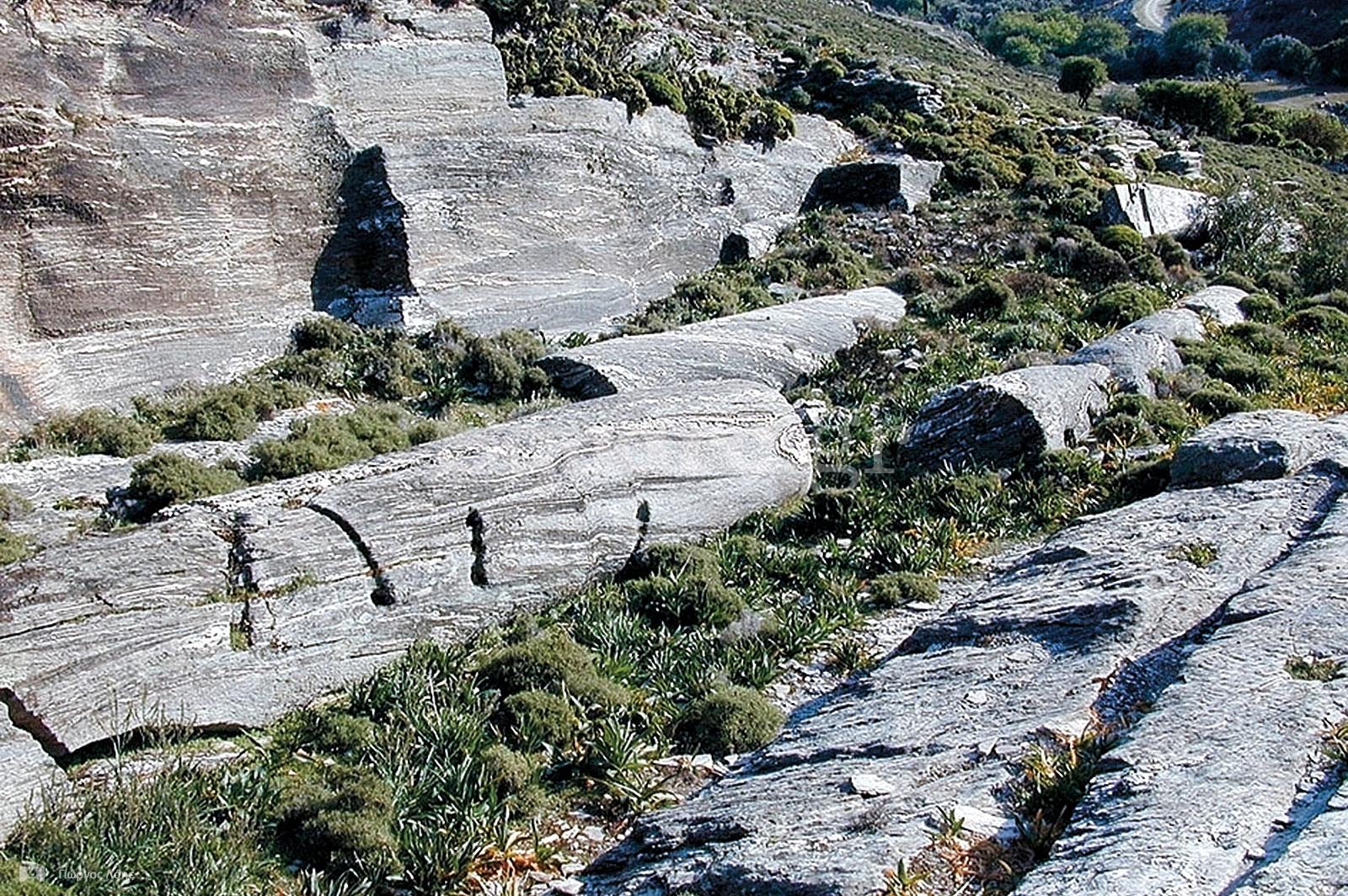 22-Αρχαίο-λατομείο-κοντά-στον-οικισμό-Αετός-Καρύστου-όπου-υπάρχουν-ημιτελείς-μονολιθικοί-κίονες