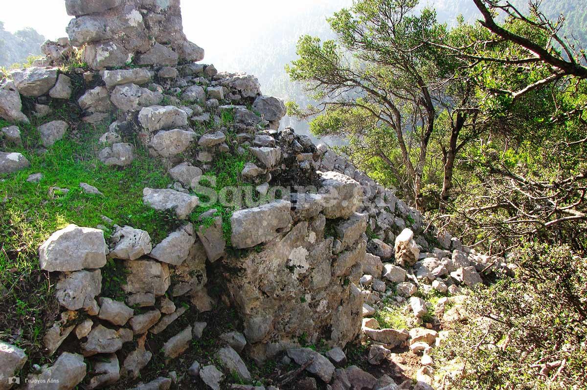 23-Άποψη-από-το-σωζόμενο-κατώφλι-της-κύριας-πύλης-του-κάστρου-(σιδερόπορτα)