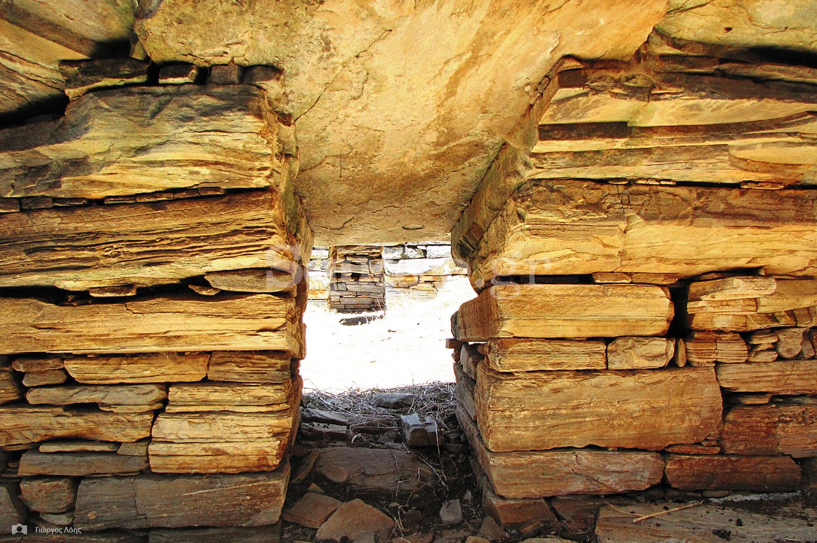24-Το-εσωτερικό-ενός-από-τα-δύο-μακρόστενα-«Δρακόσπιτα»-στην-τοποθεσία-Πάλλη-Λάκα-Στυρών