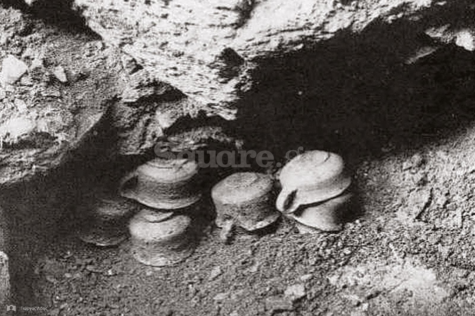 29-Μερικά-από-τα-αρχαία-αγγεία-όπως-βρέθηκαν-κάτω-από-το-δάπεδο-του-«Δρακόσπιτου»-της-Όχης