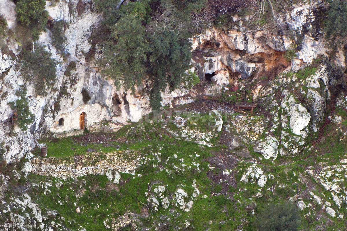 1-Γενική-άποψη-του-στενού-πλατώματος-όπου-βρίσκεται-ο-σπηλαιώδης-ναός-του-Αγίου-Ιωάννη-του-Χρυσοστόμου