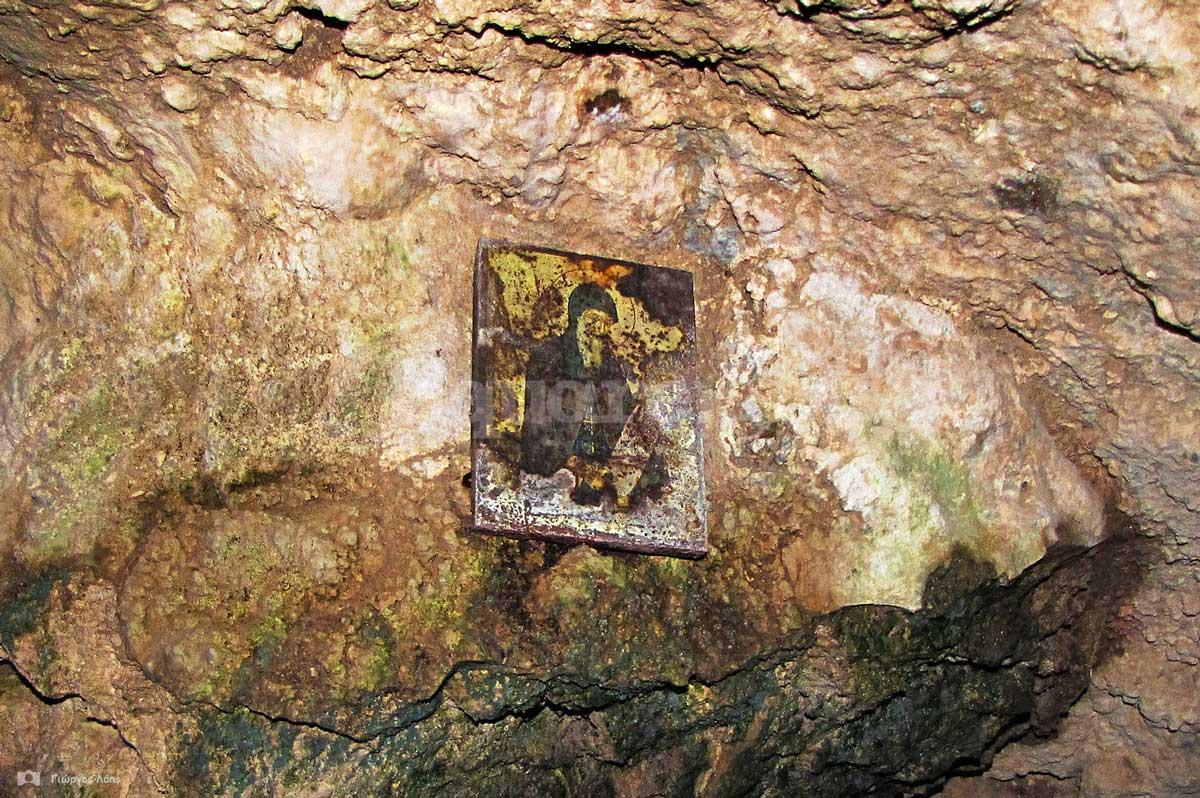 12-Στα-τοιχώματα-του-σπηλαίου-είναι-προσαρμοσμένες-λιγοστές-φορητές-εικόνες