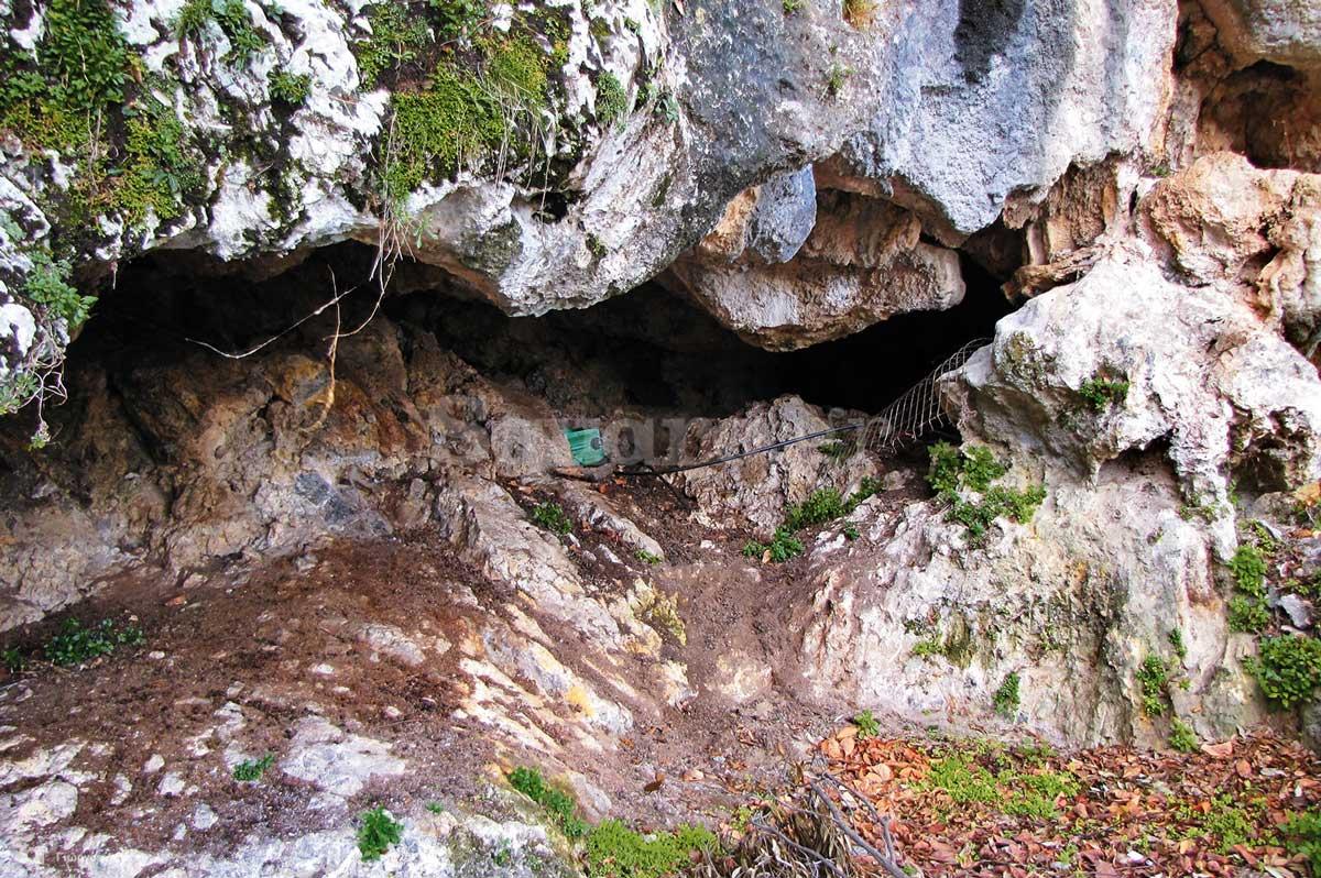 14-Από-την-πρόσοψη-του-ναού-και-βορειότερα-ανοίγονται-βαθιές-κοιλότητες-στους-βράχους
