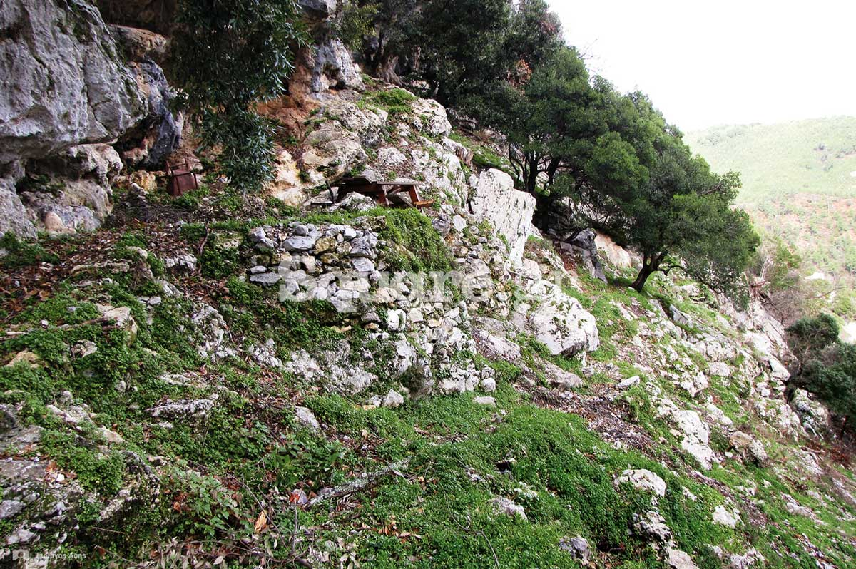18-Λίγα-μέτρα-βορειότερα-από-την-είσοδο-του-σπηλαιώδους-ναού