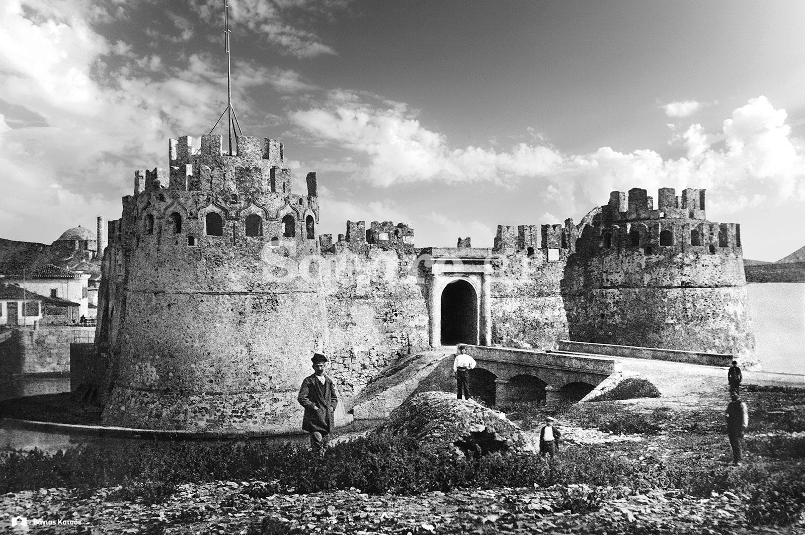 18-Το-κάστρο-του-Ευρίπου,-όπως-φαινόταν-όταν-ερχόσουν-από-βοιωτία,-σε-σπάνια-φωτογραφία-του-1880