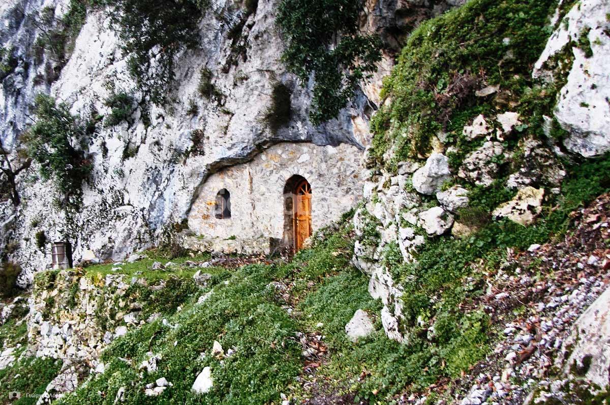5-Η πέτρινη-πρόσοψη-του-ναού-που-κλείνει-το-στόμιο-του-σπηλαίου.