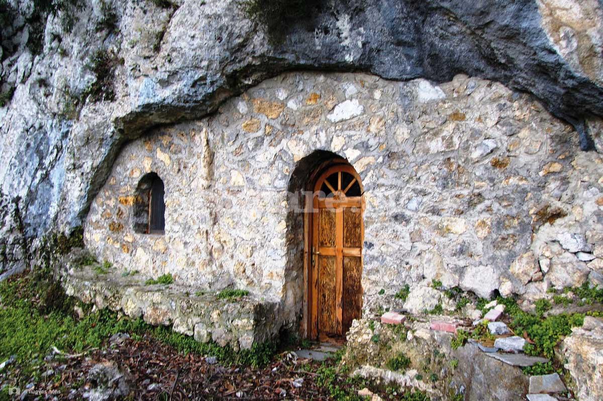 6-Η πέτρινη-πρόσοψη-του-ναού-που-κλείνει-το-στόμιο-του-σπηλαίου.