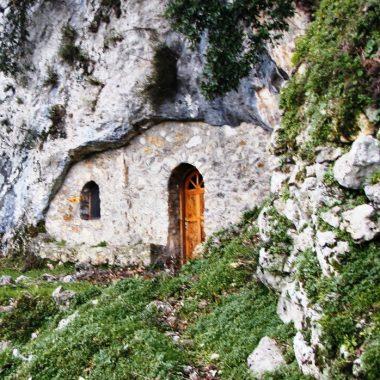 Ένας ναός μέσα σε σπήλαιο της Εύβοιας