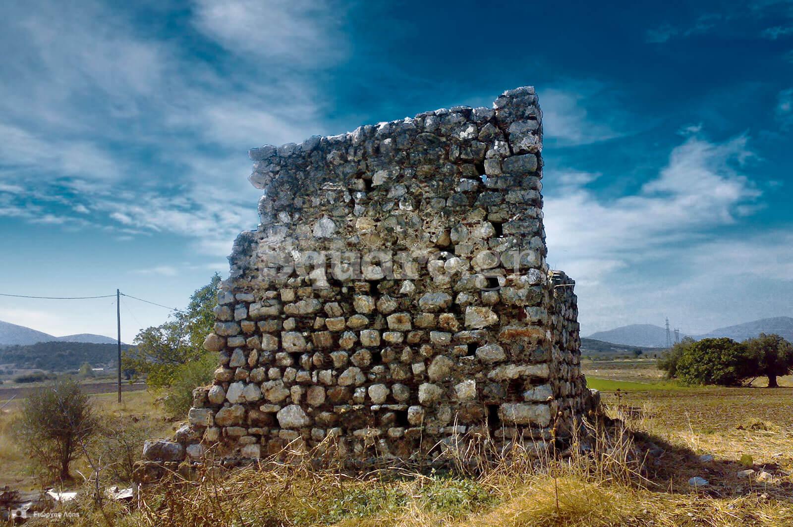 4-Ο-ερειπωμένος-μεσαιωνικός-πύργος-στην-πεδιάδα-των-Ψαχνών