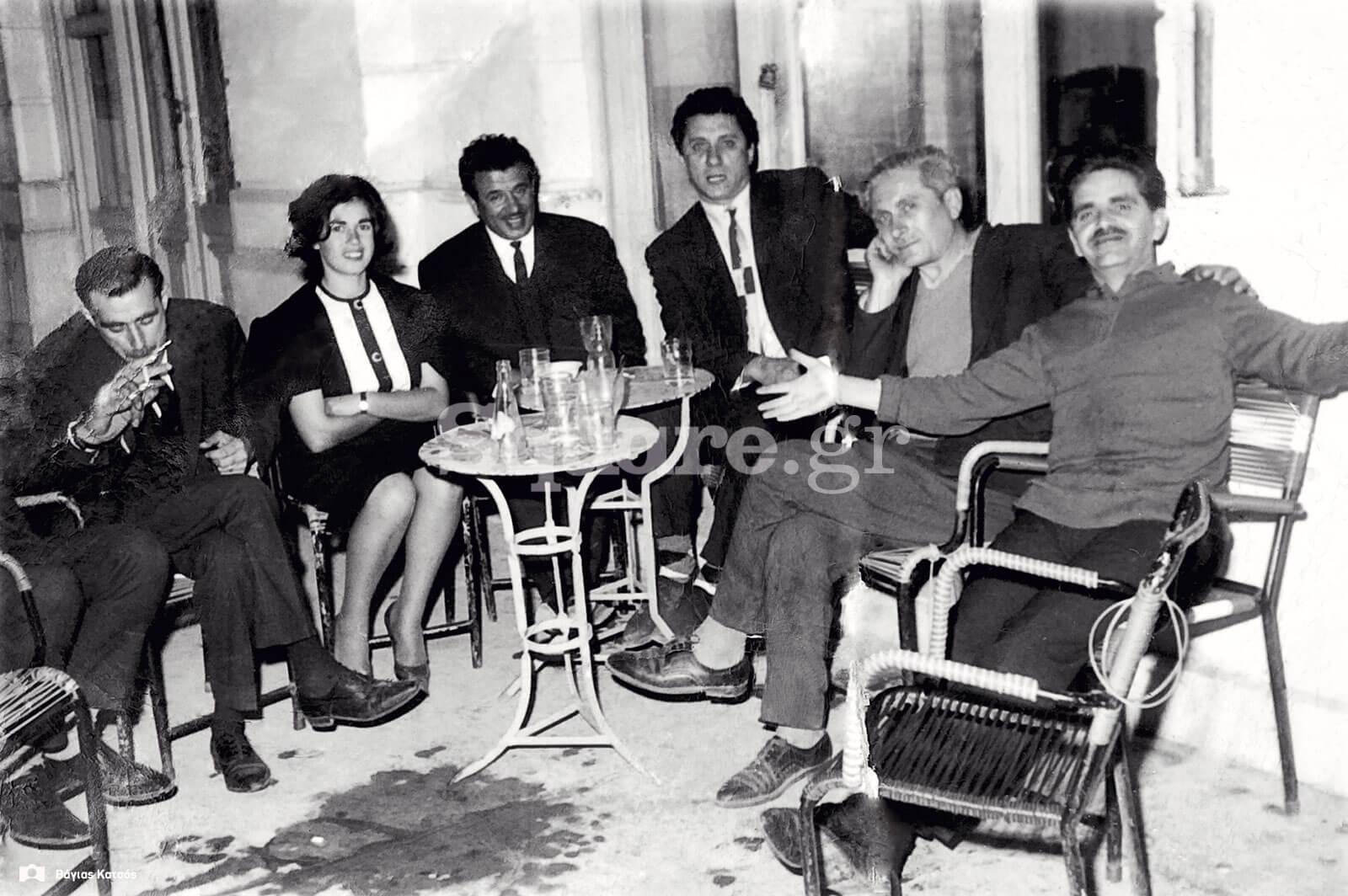 2-Ο-κυρ-Μανώλης-(πρώτος-από-αριστερά)-στο-µαγαζί-του
