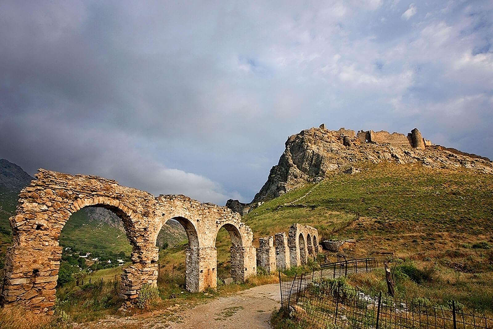 4-Το-αρχαίο-υδραγωγείο-της-Καρύστου,-με-το-Καστέλο-Ρόσσο-στο-βάθος