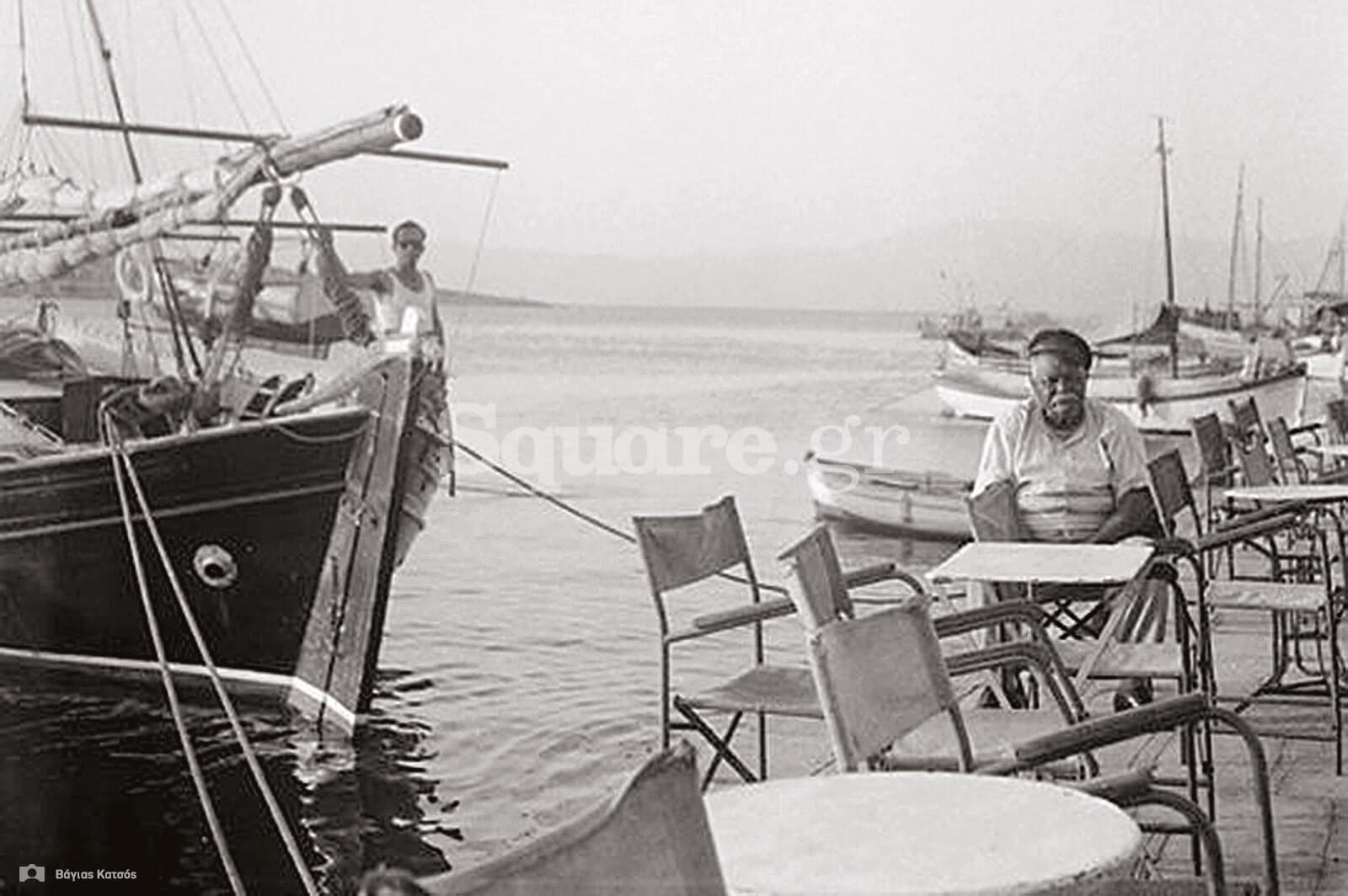 9-Τα-τραπεζάκια-του-Μανώλη-δίπλα-στο-κύμα-προτιμούσαν-κάθε-μέρα-και-οι-άνθρωποι-της-θάλασσας-Φωτογραφία-L.-H.-Jeffery-Archive