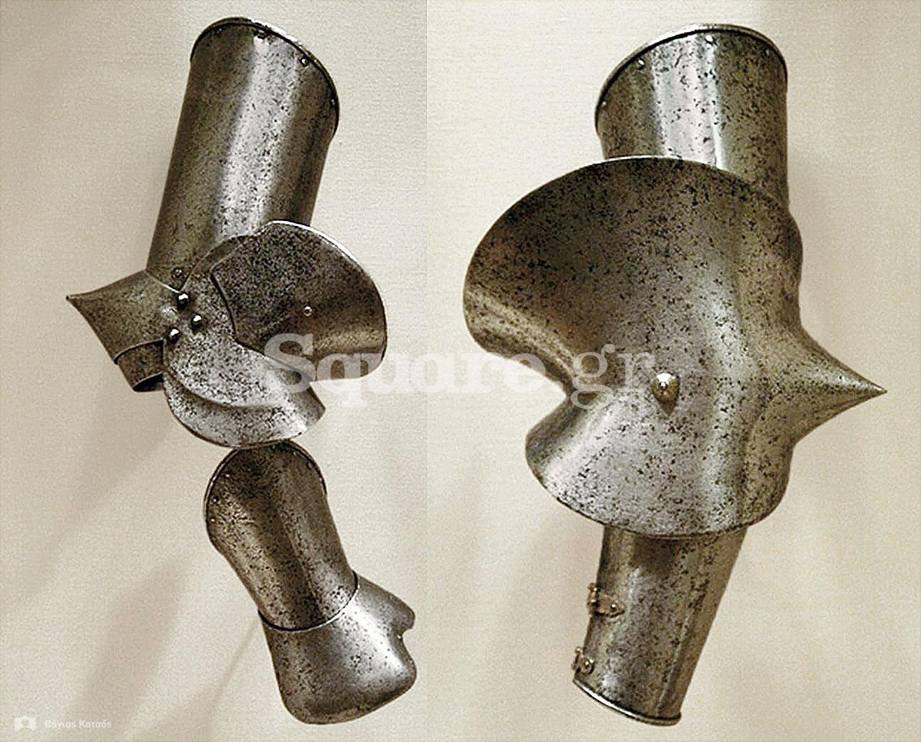 27-Μεταλλικά-περιβραχιόνια-(brassards-ή-vambraces),-αγκώνας-(elbow)-και-χειρόκτιο-(gauntlet)-των-μέσων-του-15ου-αιώνα,-από-την-συλλογή-της-Χαλκίδας