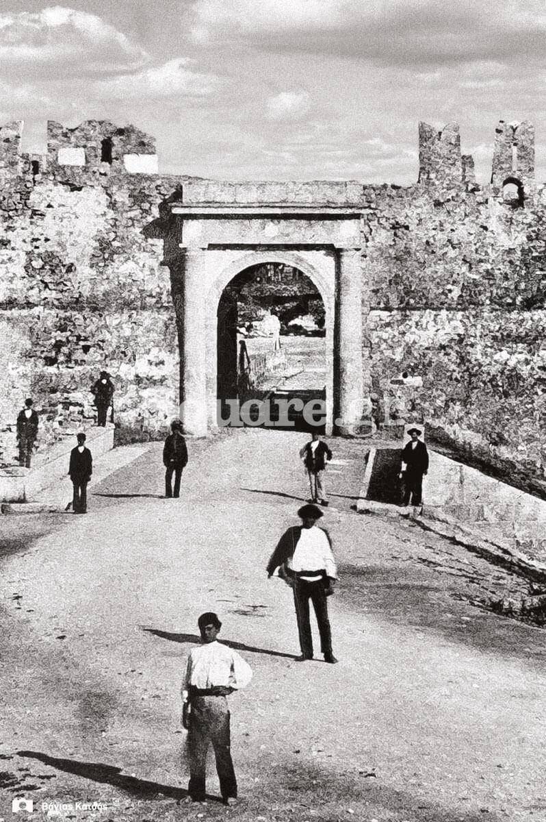 14-Κοντινή-ματιά-στη-νέα-πύλη-του-κάστρου-του-Ευρίπου,-θέα-από-τη-βοιωτική-ακτή