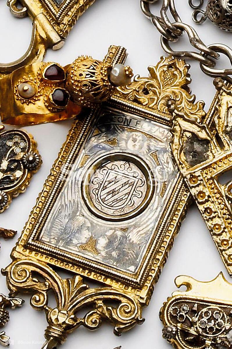 27-Μία-μεγάλη-ποσότητα-περίτεχνων-ενδυματολογικών-διακοσμητικών-από-τα-πολύτιμα-αντικείμενα