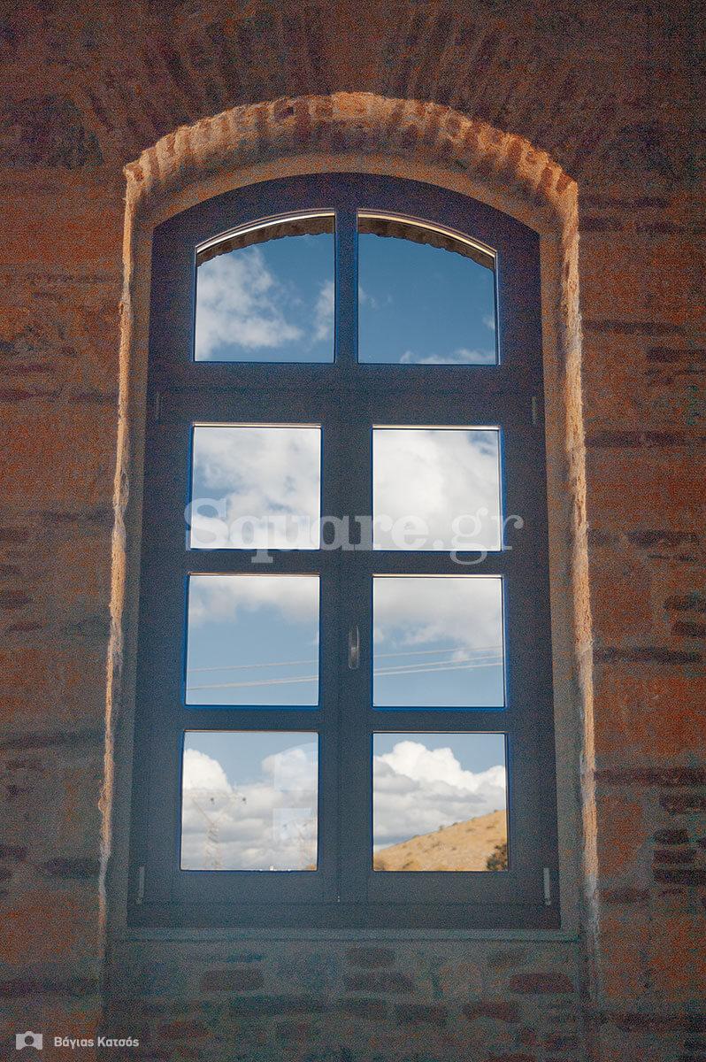 22-Ένα-από-τα-παράθυρα-του-τρίτου-ορόφου
