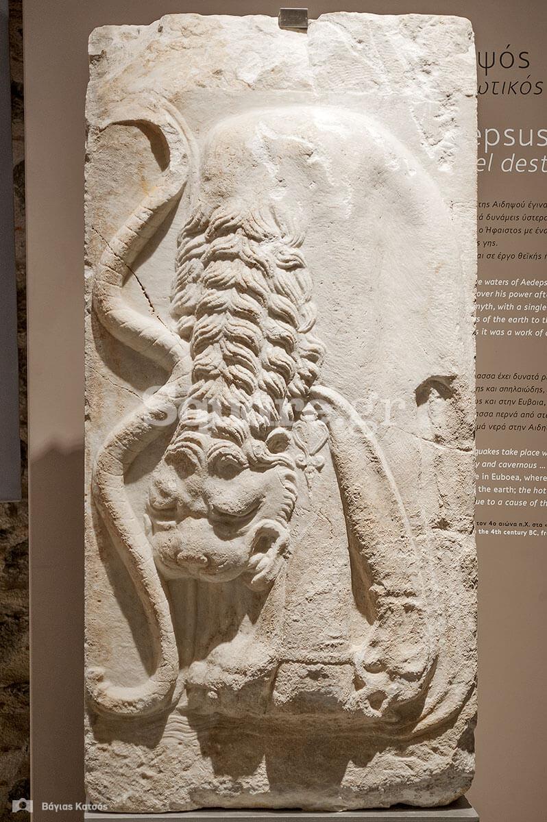 9-Τα-σύμβολα-του-Ηρακλή-το-τόξο-και-η-λεοντή-του-απεικονίζονται-σε-κάποιο-δημόσιο-οικοδόμημα-του-1ου-αιώνα-π-Χ-στην-Αιδηψό